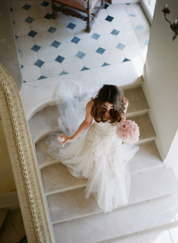 chateau-la-durantie-bride-on-the-staircase
